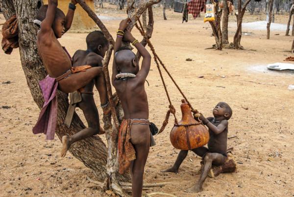 Jeux d'enfants Himbas de Pierre Fischer - Phot'Azur Six-Fours-les-Plages