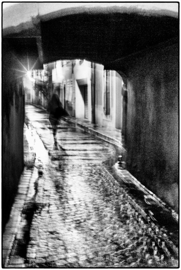 Quatrième Photo - la passante de la rue du Portalet  de Robert Rossini - Photo Club Antoine Santoru-Port de Bouc