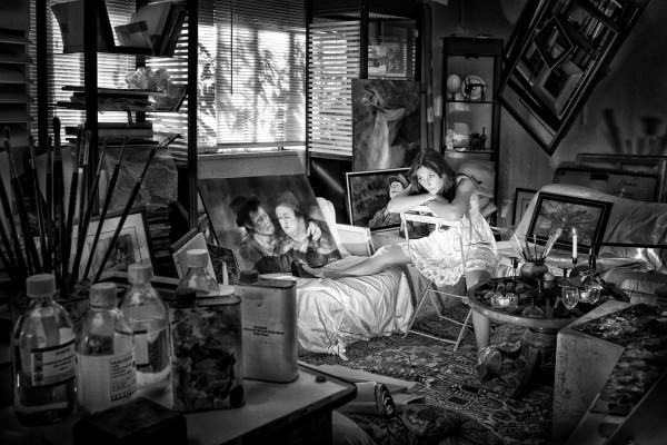 Sixième Photo ex aequo -  Isabelle chez l'artiste  d'Arthur Mione - Photo Club de Martigues